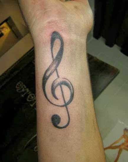 Tatuagem no pulso do cara - clave de sol