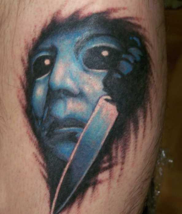 Tatuagem no quadril cara - a máscara e o punhal