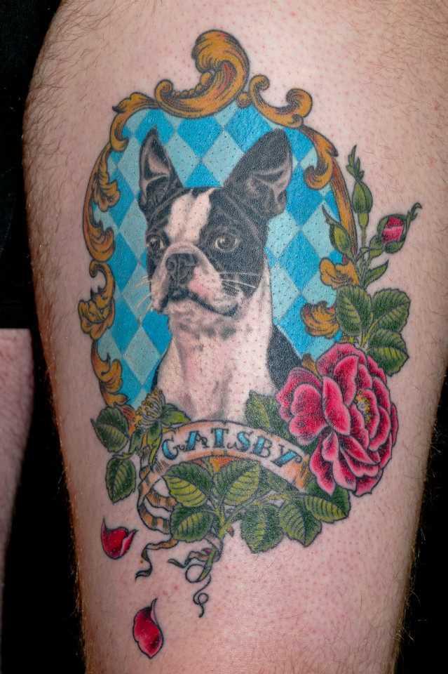 Tatuagem no quadril cara - de- cão, rosa e inscrição