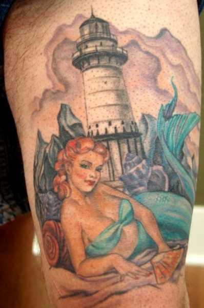 Tatuagem no quadril cara - farol e sereia