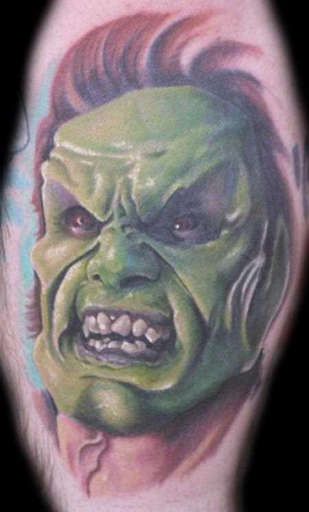 Tatuagem no quadril cara - máscara verde