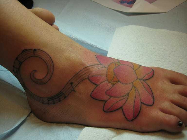 Tatuagem no tornozelo preto meninas - notas e lótus