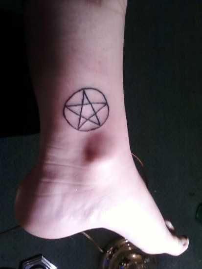 Tatuagem no tornozelo preto meninas - pentagrama