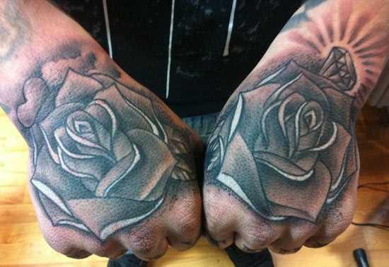 Tatuagem nos braços de um cara - de- rosas