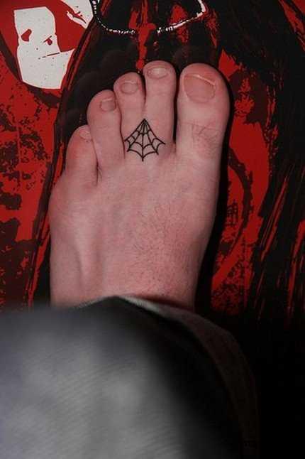 Tatuagem nos dedos do cara - a web