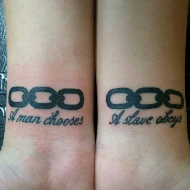 Tatuagem nos pulsos da menina - circuito e inscrições