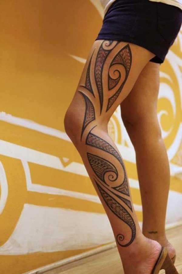 Tatuagem - padrões de estilo tribal no quadril da menina