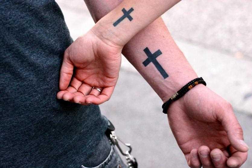 Tatuagem para os dois pulsos menino e uma menina - cruzes