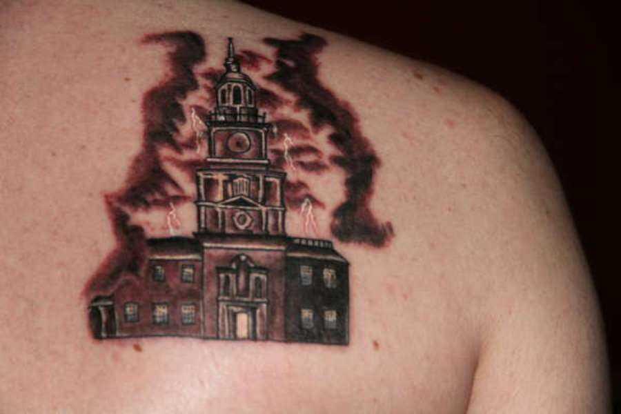 Tatuagem que a menina blade - relâmpago sobre a construção do