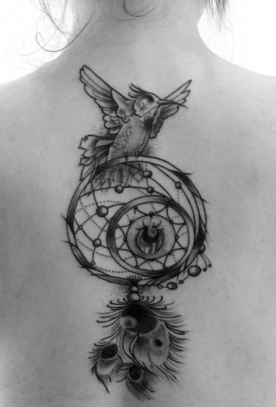 Tatuagem que a menina da coluna vertebral - apanhador de sonhos e o pássaro