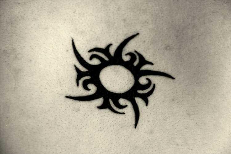 Tatuagem que a menina da coluna vertebral, em forma de sol