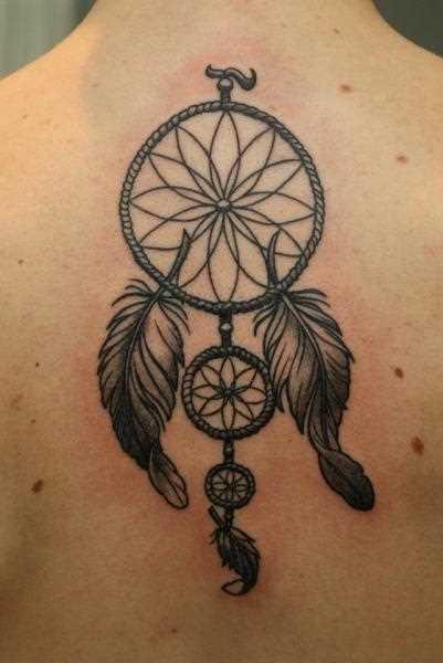 Tatuagem que a menina da coluna vertebral, na forma de um apanhador de sonhos
