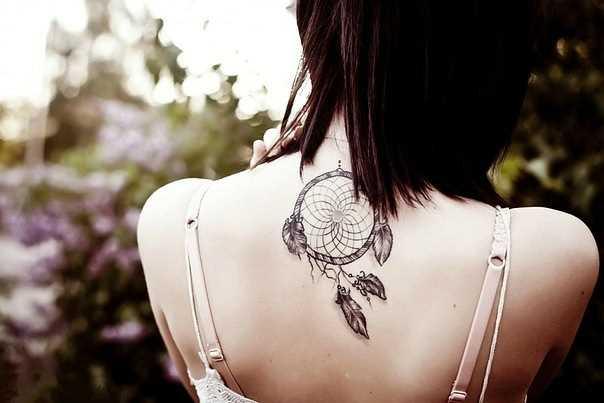 Tatuagem que a menina da coluna vertebral - o apanhador de sonhos