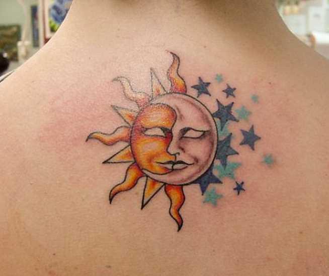 Tatuagem que a menina da coluna vertebral - o sol, a lua e as estrelas