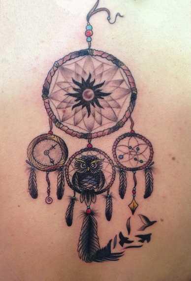 Tatuagem que a menina nas costas - o apanhador de sonhos com laço