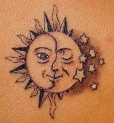 Tatuagem que a menina nas costas - o sol, a lua e as estrelas