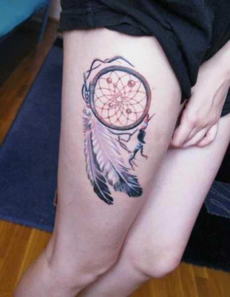 Tatuagem que a menina nas coxas, na forma de um apanhador de sonhos