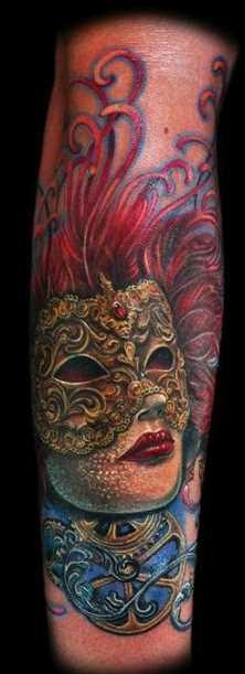 Tatuagem que tem no braço da menina - a menina para dentro da máscara, com as suas penas