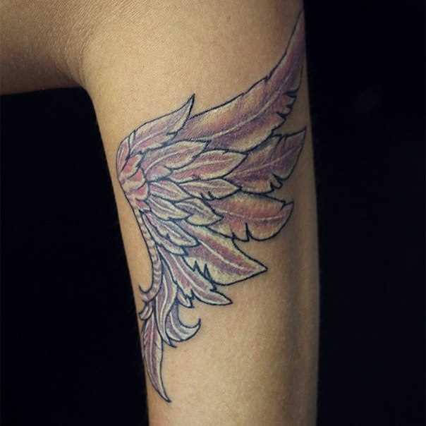 Tatuagem que tem no braço da menina - asa de um anjo