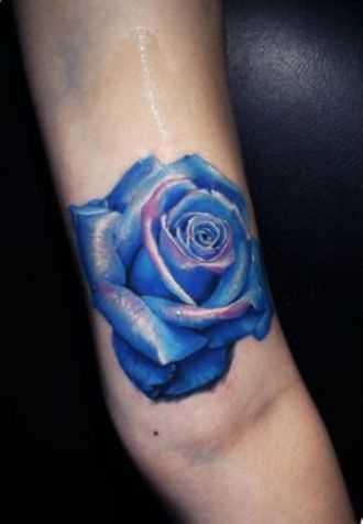 Tatuagem que tem no braço da menina - azul rosa
