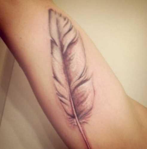 Tatuagem que tem no braço da menina - caneta