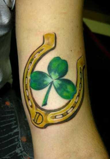 Tatuagem que tem no braço da menina - ferradura e trevo