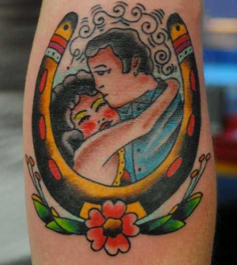 Tatuagem que tem no braço da menina - ferradura e um casal que se ama