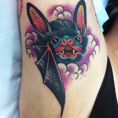 Tatuagem que tem no braço da menina - morcego