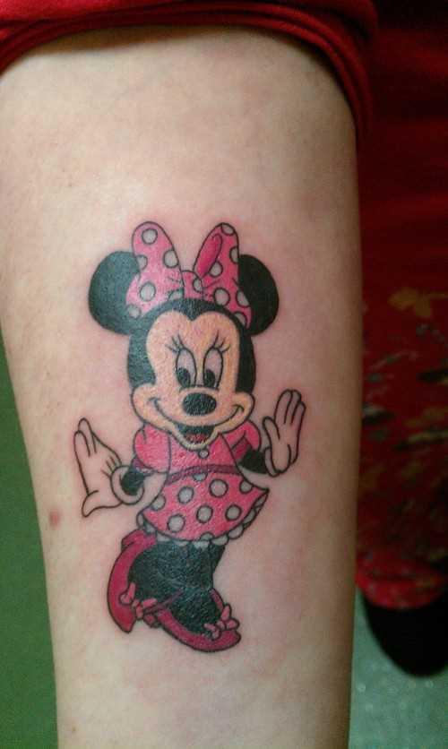Tatuagem que tem no braço da menina - rato de Minnie Mouse