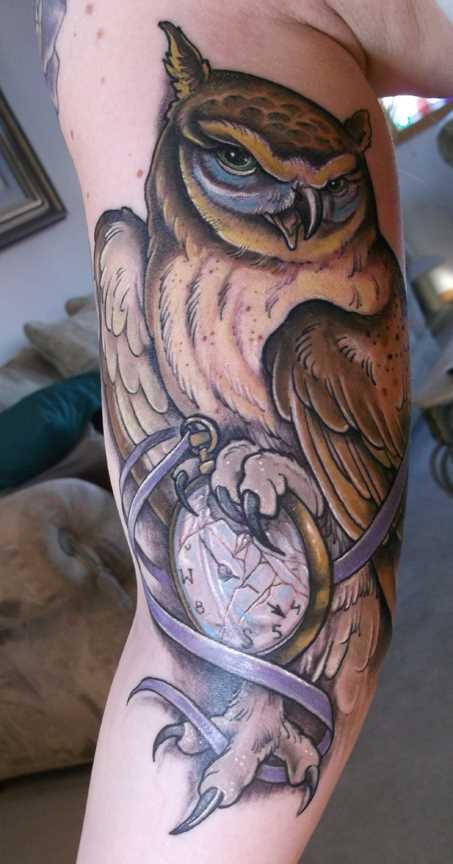 Tatuagem que tem no braço da menina - relógio de bolso e coruja