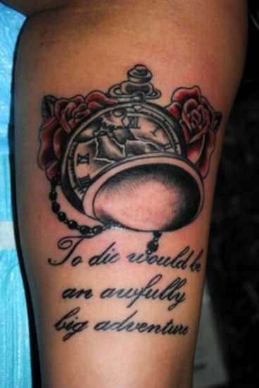 Tatuagem que tem no braço da menina - relógio de bolso, rosas e inscrição