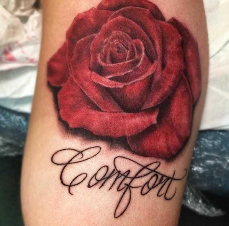 Tatuagem que tem no braço da menina - rosa e inscrição