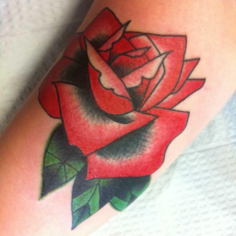 Tatuagem que tem no braço da menina - rosa vermelha