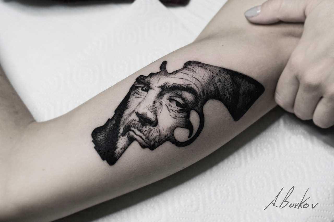 Tatuagem que tem no braço da menina - Sean Koneri em armas de fogo