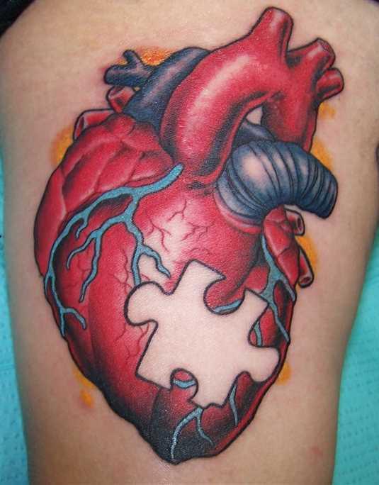 Tatuagem que tem no braço de uma menina de quebra - cabeça no coração