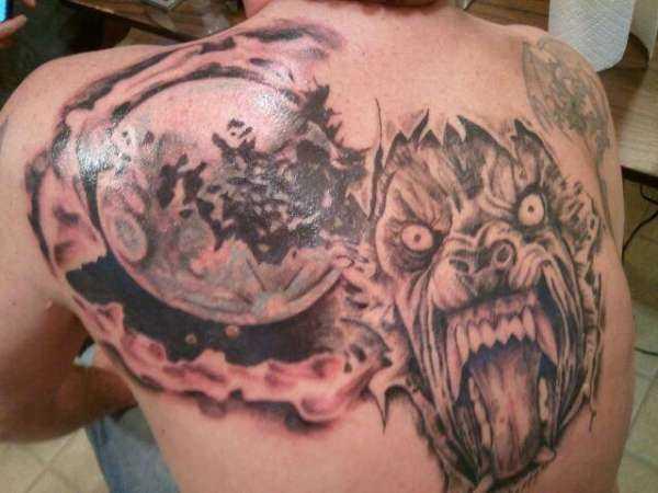 Tatuagem que tem no braço do cara - o lobisomem e a lua