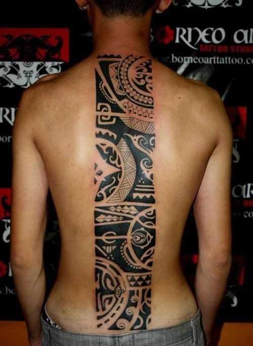 Tribal tattoo na espinha cara