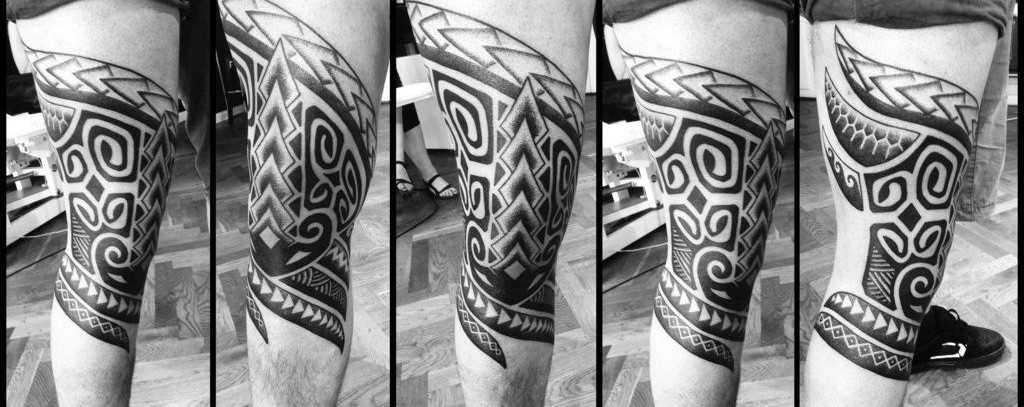 Tribal tattoo padrões no joelho do cara