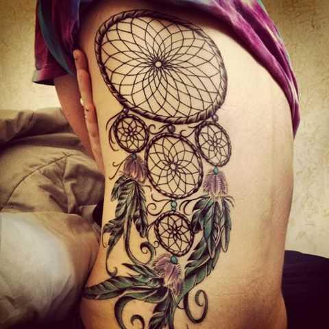 Uma bela tatuagem em seu lado da menina - apanhador de sonhos