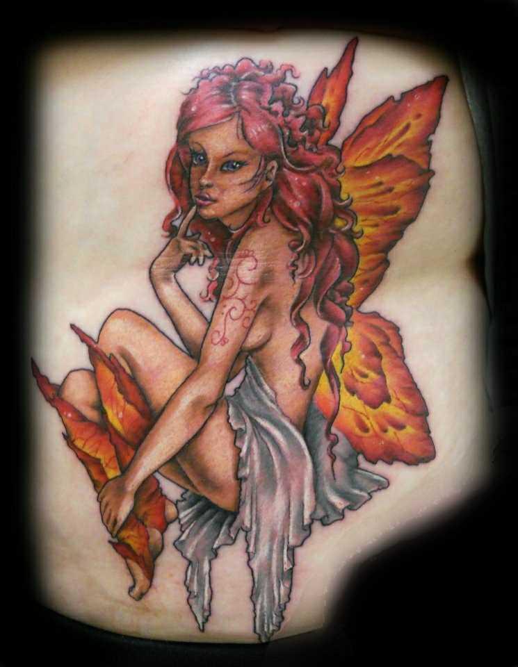 Uma bela tatuagem em seu lado da menina - fada
