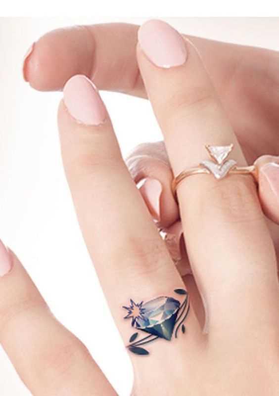 Uma bela tatuagem no anel de terceiro dedo da mulher