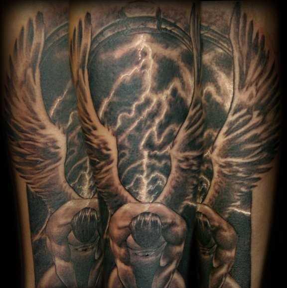 Uma bela tatuagem no braço de um cara - de- anjo