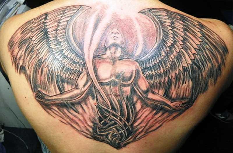Uma grande tatuagem nas costas de um cara em forma de anjo