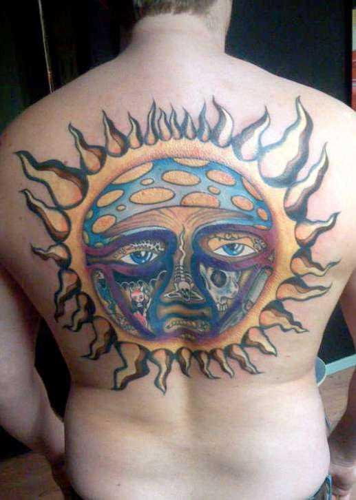 Uma grande tatuagem nas costas do cara - sol