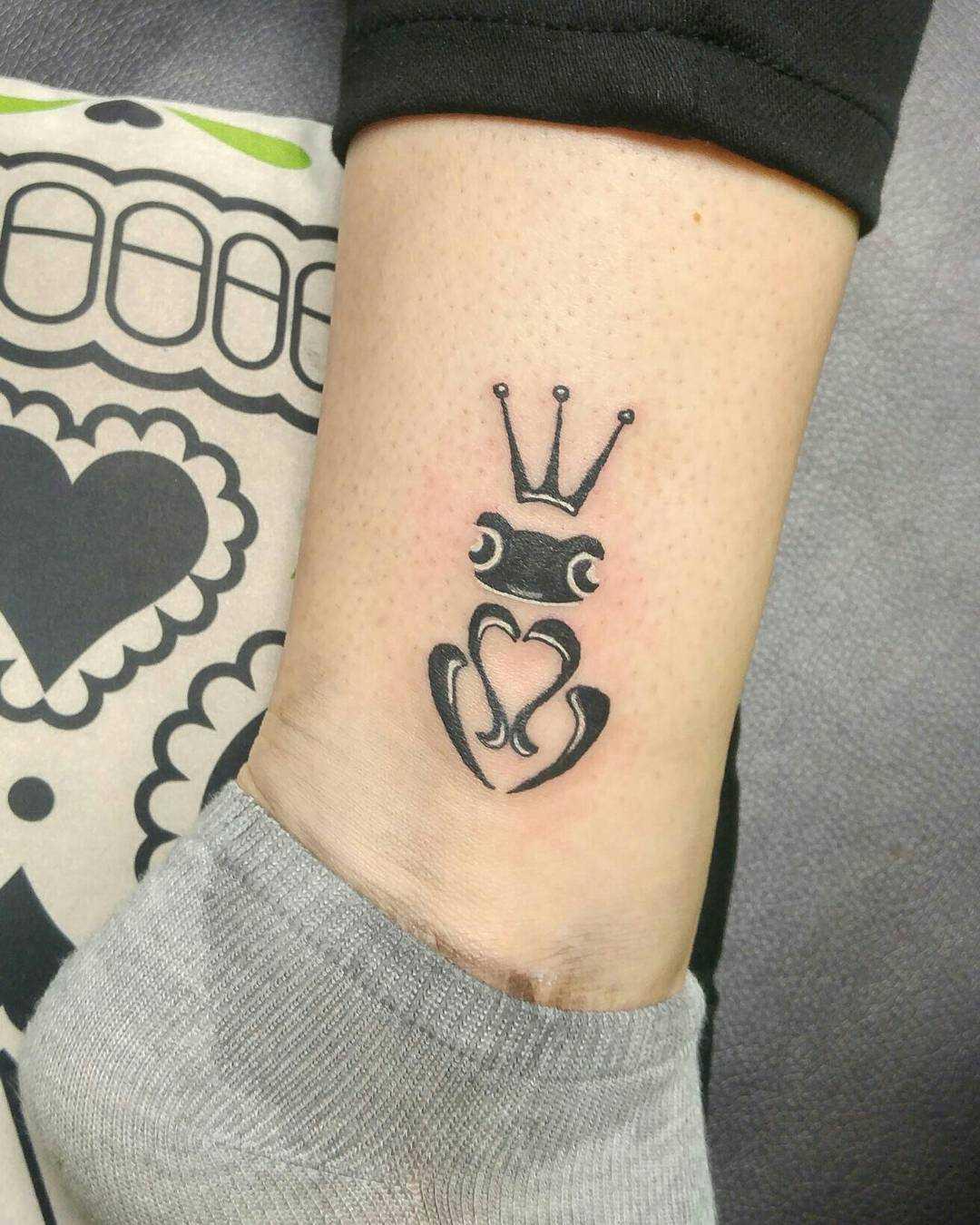 Uma pequena tatuagem sapo t menina