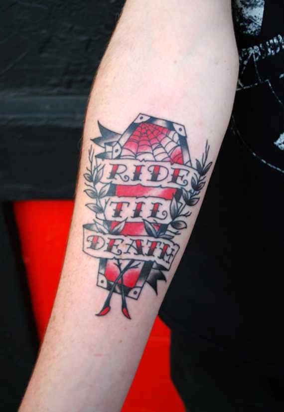 Uma tatuagem em forma de caixão no antebraço cara no estilo oldschool