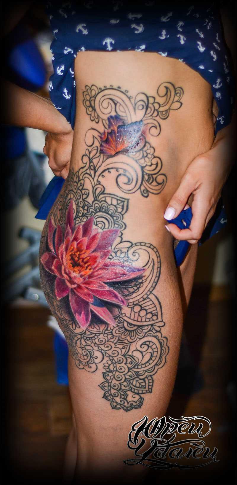 Uma tatuagem em forma de lótus e o padrão ao lado de uma menina