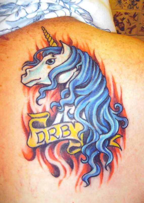 Uma tatuagem em forma de unicórnio e inscrições em lâmina, as meninas