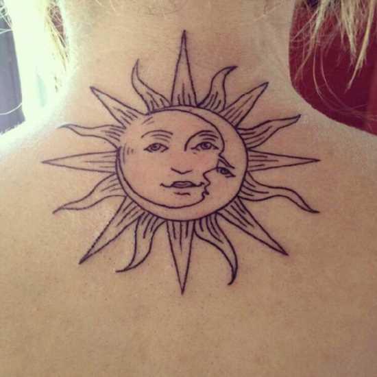 Uma tatuagem que a menina da coluna vertebral, o sol e a lua