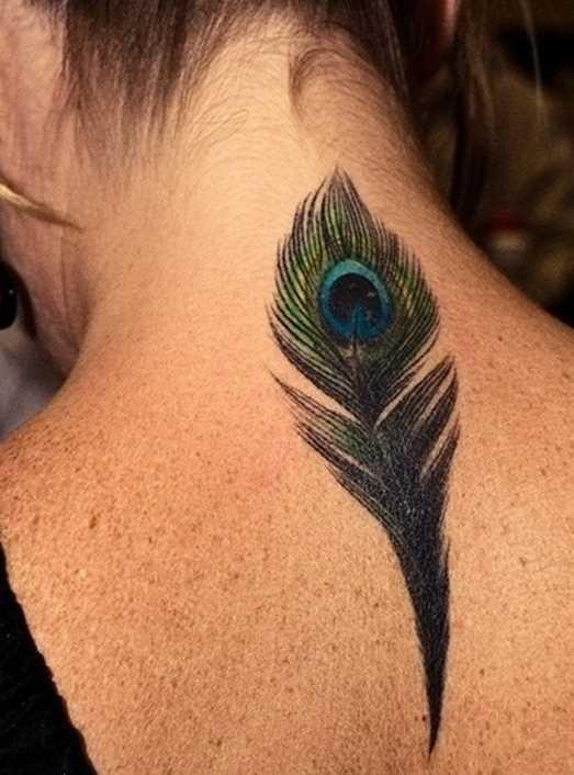 Uma tatuagem que a menina da coluna vertebral - pena de pavão